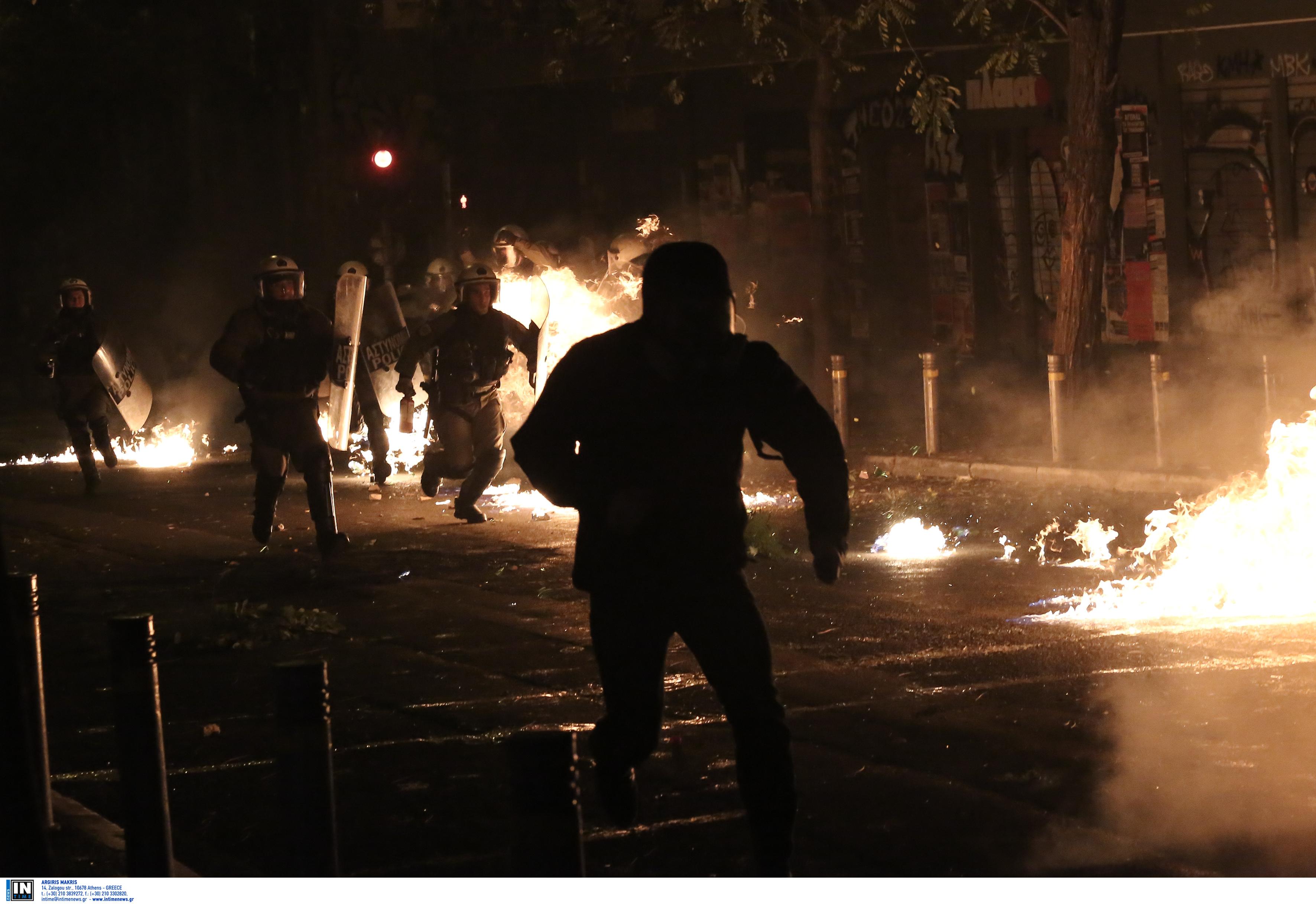 Επίθεση σε ΜΑΤ στα Εξάρχεια με μολότοφ – Φρουρούσαν κτίρια που έχουν εκκενωθεί