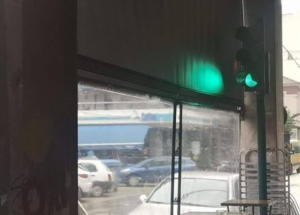 Μόνο στην Ελλάδα! Έβαλαν φανάρι για ρύθμιση της κυκλοφορίας μέσα σε καφετέρια!