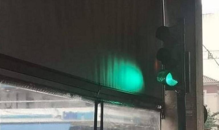 Πάτρα: Ένα φανάρι μέσα σε καφετέρια έγινε θέμα συζήτησης! Η φωτογραφία που σαρώνει