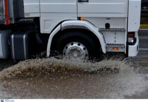 Λέσβος: Μετανάστες ξεπηδούν από την καρότσα φορτηγού εν κινήσει! Οι εικόνες που τράβηξε οδηγός [video]