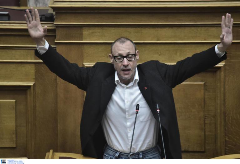 """Κλέων Γρηγοριάδης: Ανέβηκε στο βήμα της Βουλής και φώναξε """"παραδίνομαι""""! [pics]"""