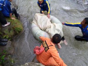 Τραγωδία στην Ινδονησία: 24 νεκροί από πτώση λεωφορείου σε χαράδρα