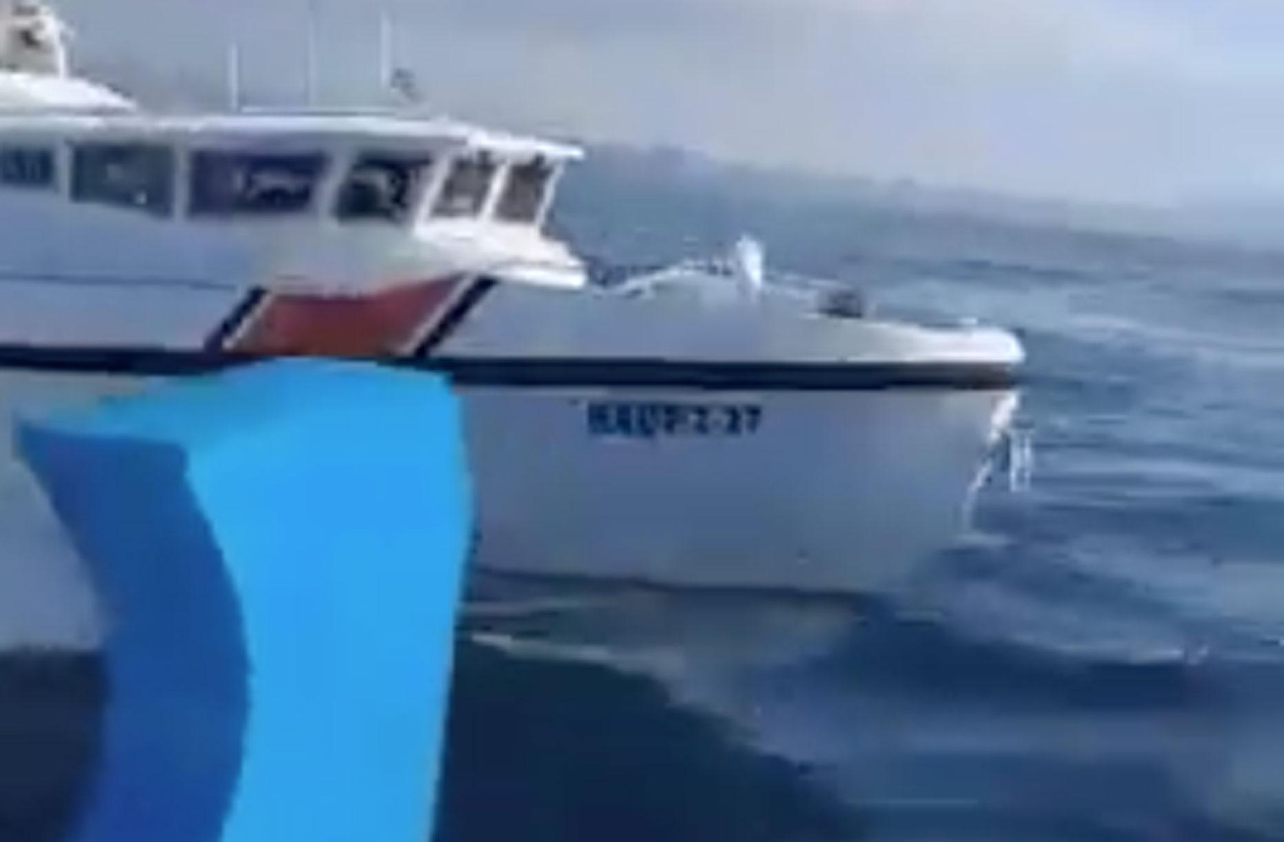"""Η επική αντίδραση Έλληνα ψαρά στην παρενόχληση από τουρκικό σκάφος έξω από την Καλόλιμνο! """"Θα μας κλά@@@@..."""" [video]"""