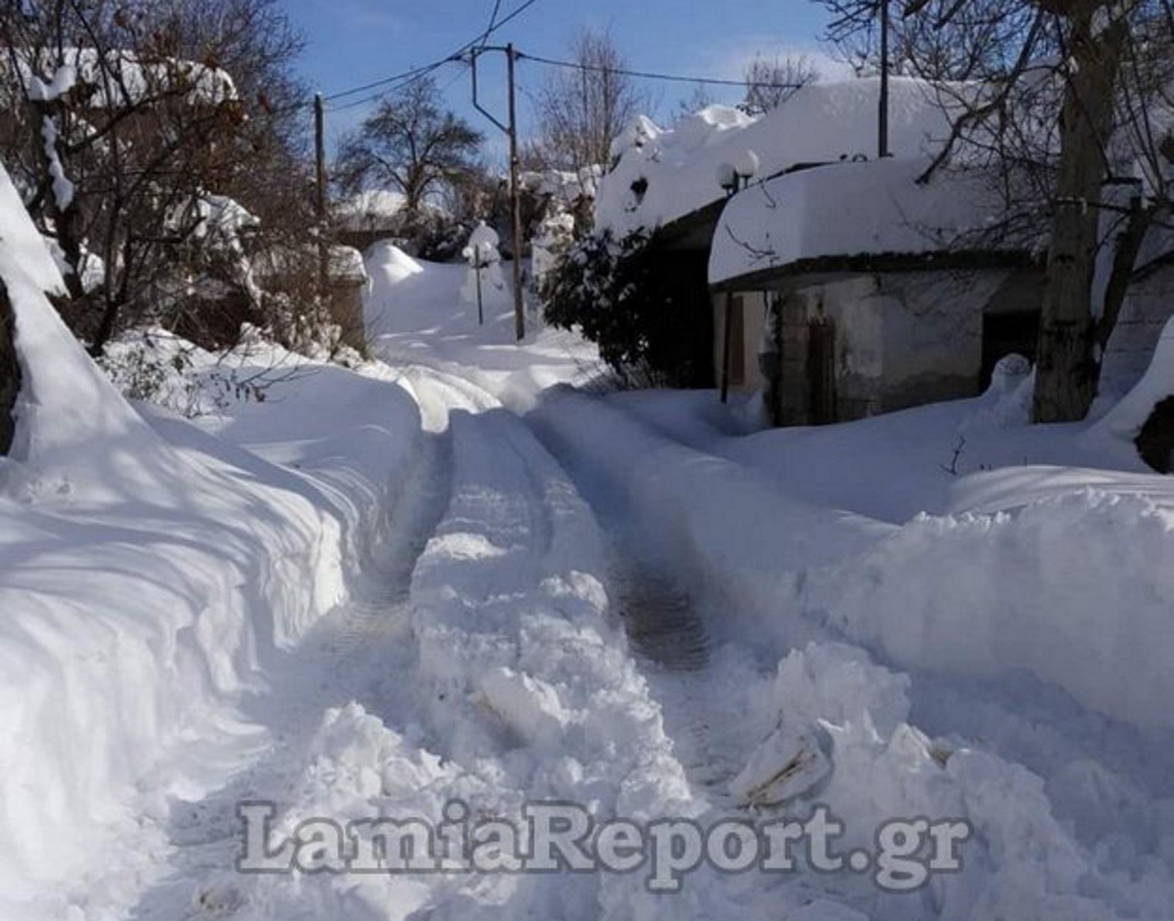 Καμένα Βούρλα: Θάφτηκε στο χιόνι ο οικισμός της Καρυάς