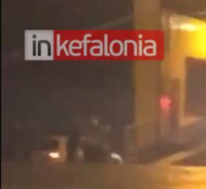 Κυλλήνη: Η στιγμή της πτώσης αυτοκινήτου στη θάλασσα