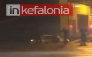 Κυλλήνη: Η στιγμή της διάσωσης γυναίκας από αυτοκίνητο που πέφτει στη θάλασσα [video]