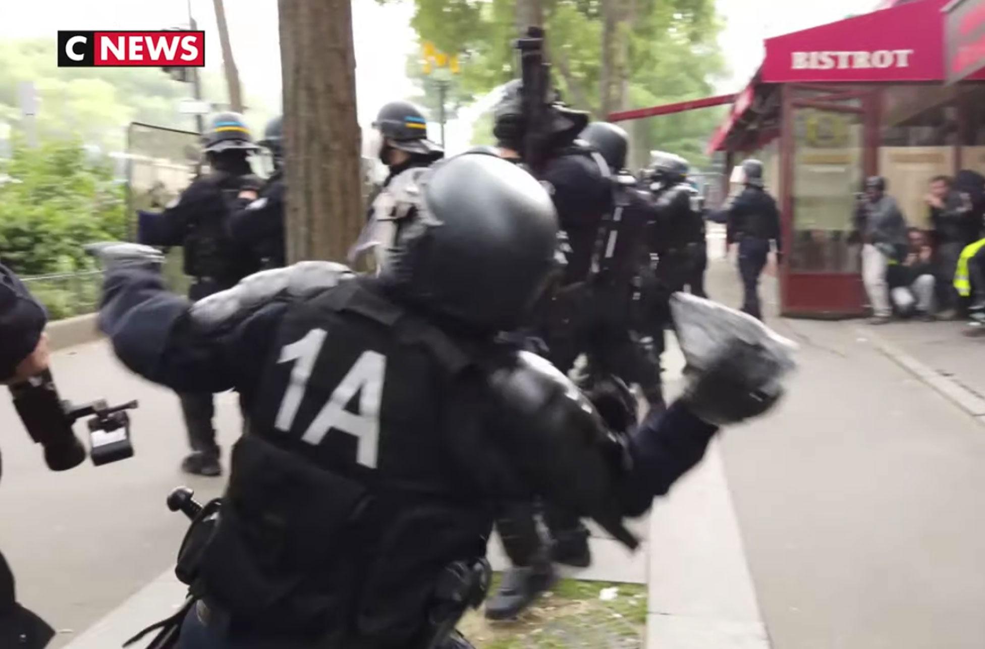 «Χάδι» οι πρώτες καταδίκες αστυνομικών για το ξύλο στα «Κίτρινα Γιλέκα» - Στο… χιόνι οι ποινές, τους κρατάνε στην υπηρεσία
