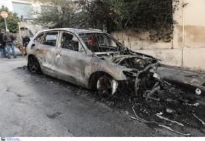 Κολωνάκι: Τέσσερα καμένα αυτοκίνητα από επιθέσεις κοντά στην Αμερικάνικη πρεσβεία [video]