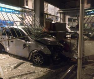 Η στιγμή που το αυτοκίνητο καρφώνεται σε καθαριστήριο στον Κολωνό! [video]