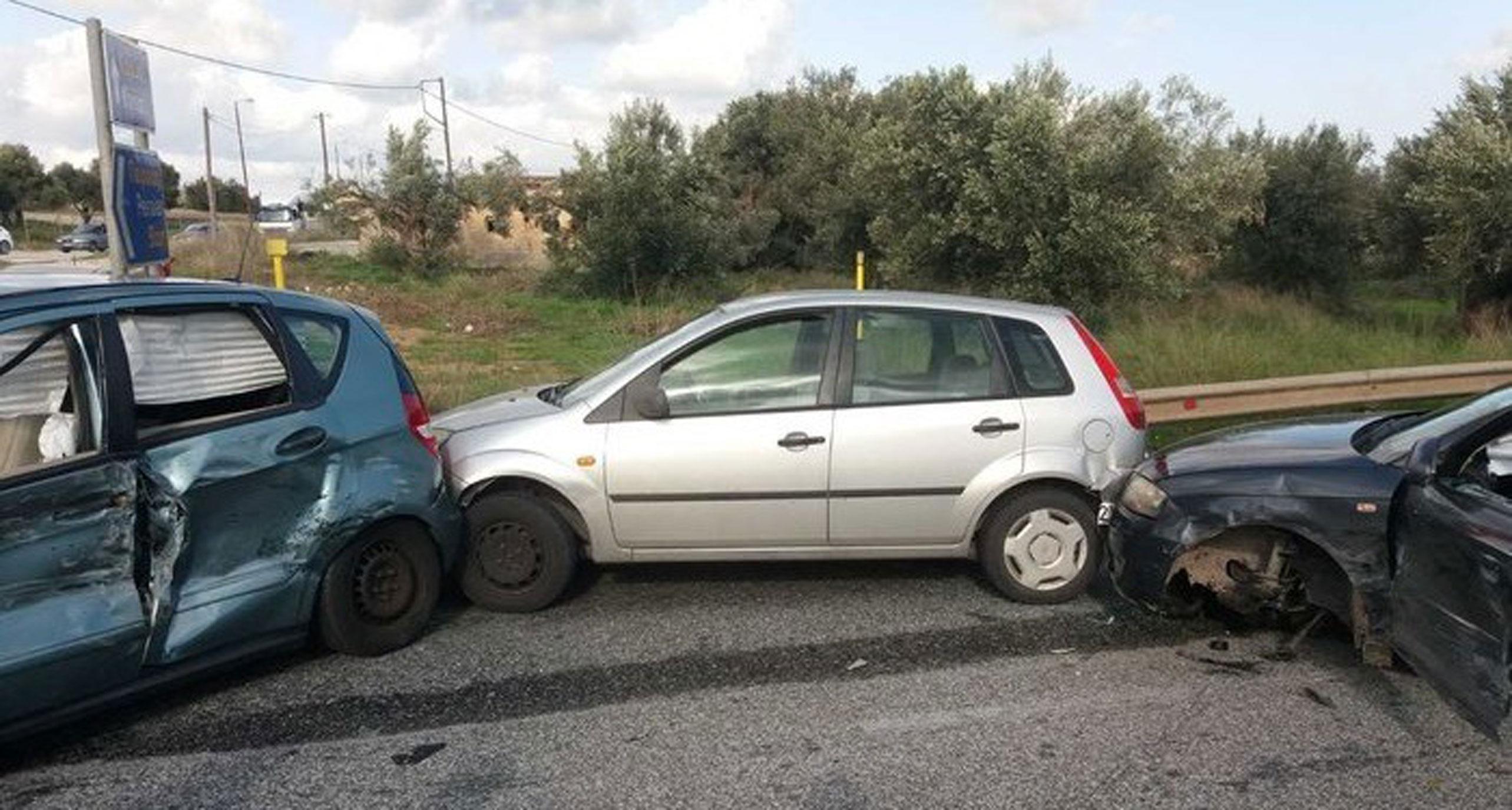 Θεσσαλονίκη: Σοβαρά κυκλοφοριακά προβλήματα στην Περιφερειακή από καραμπόλα 4 αυτοκινήτων