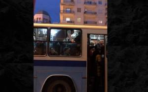 """Εικόνα ντροπής: Επιβάτες """"ίπτανται"""" σε αστικό λεωφορείο"""