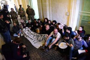 «Βράζει» η Μάλτα – Εισβολή στο γραφείο του πρωθυπουργού