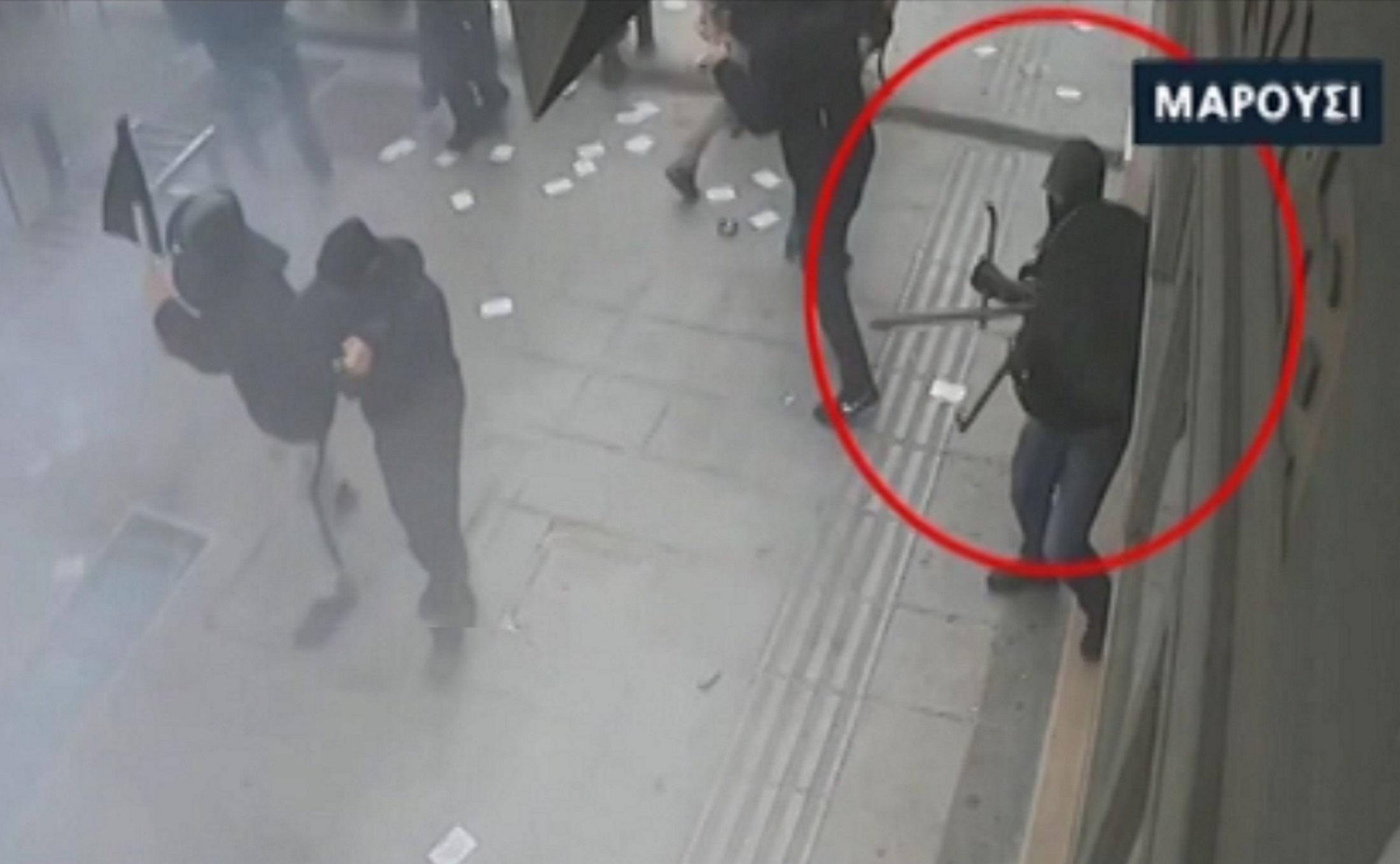 Μαρούσι: Σοκαριστικές εικόνες από την επίθεση αντιεξουσιαστών κατά αστυνομικών μέσα στον κόσμο!
