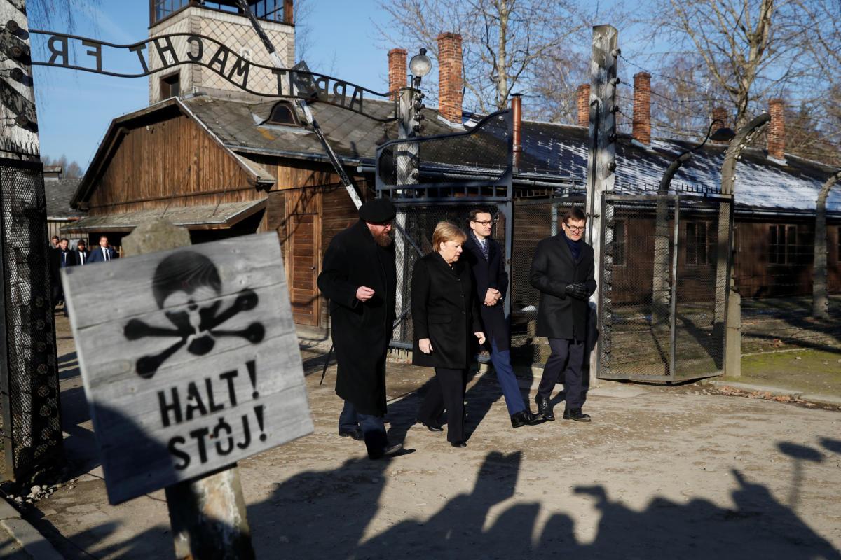 Η Μέρκελ στο Άουσβιτς ντυμένη στα μαύρα και με σκυφτό κεφάλι [pics]