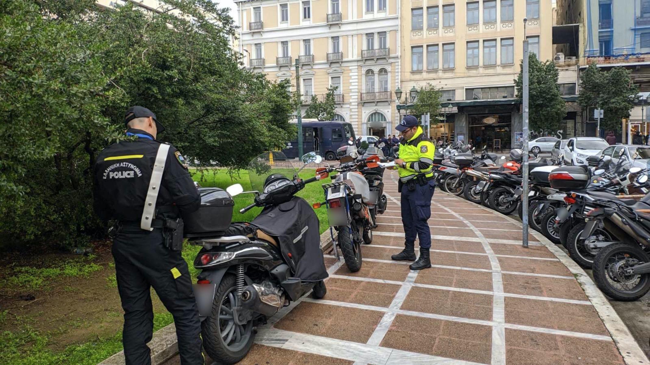 Τροχαία: Δεν άφησαν μηχανάκι για μηχανάκι στα πεζοδρόμια!