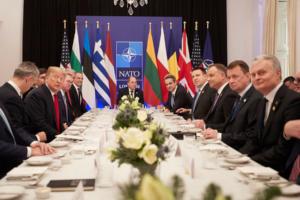 """ΝΑΤΟ: """"Κιμπάρης"""" Τραμπ στο δείπνο με τις χώρες που πληρώνουν το 2%"""