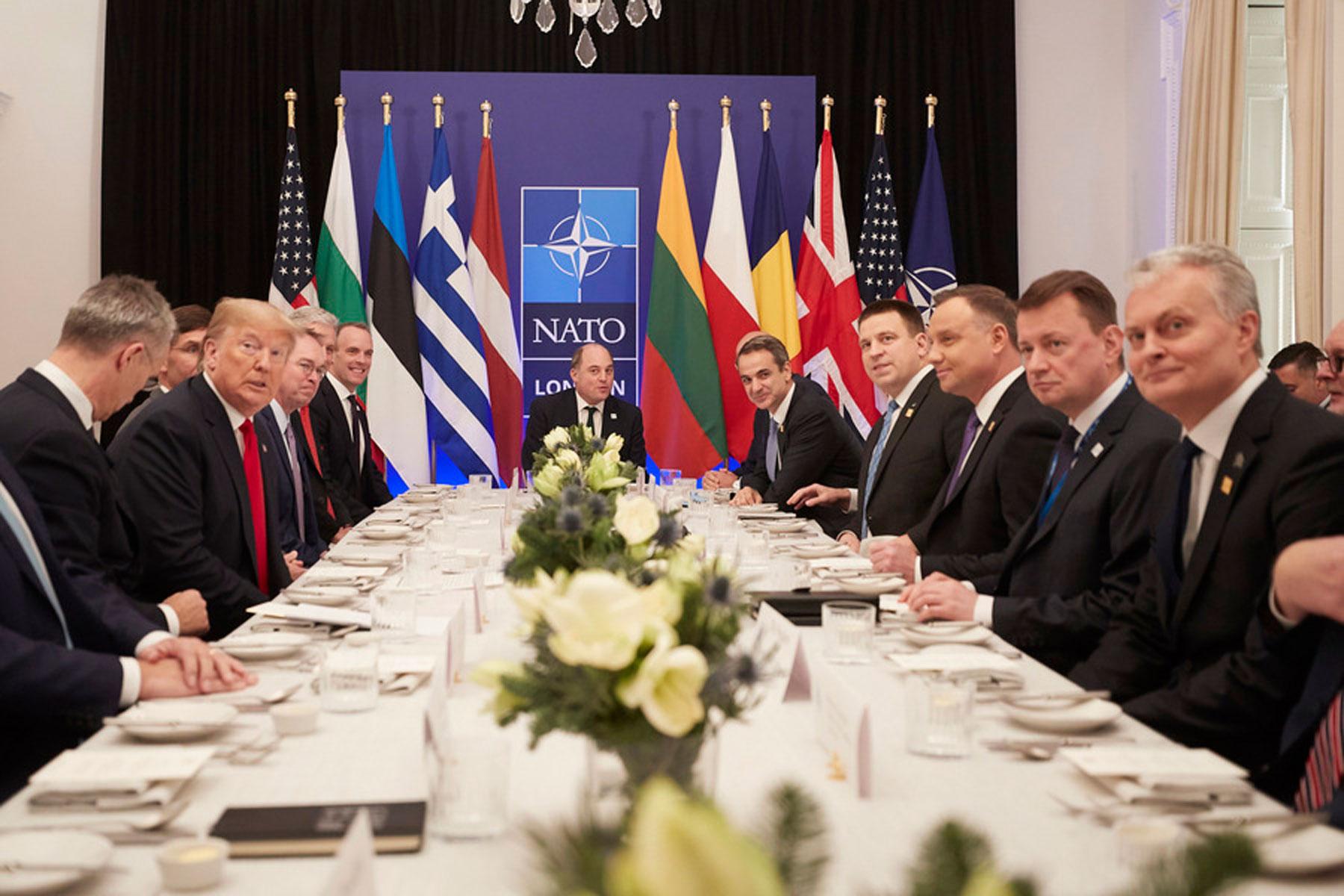 """«Κερνάω απόψε εγώ!» - Η ατάκα του """"κιμπάρη"""" Τραμπ στις χώρες που… πληρώνουν το 2% στο ΝΑΤΟ!"""