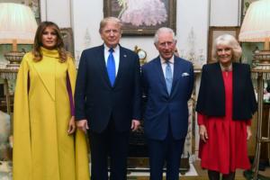 Μελάνια με… τα κίτρινα! Για τσάι με Τραμπ, Κάρολο και Καμίλα