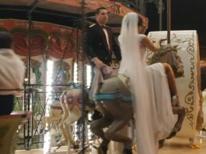 Θεσσαλονίκη: Η κούκλα νύφη ανέβηκε στο καρουζέλ! Οι νεόνυμφοι έκαναν την έκπληξη [pics]