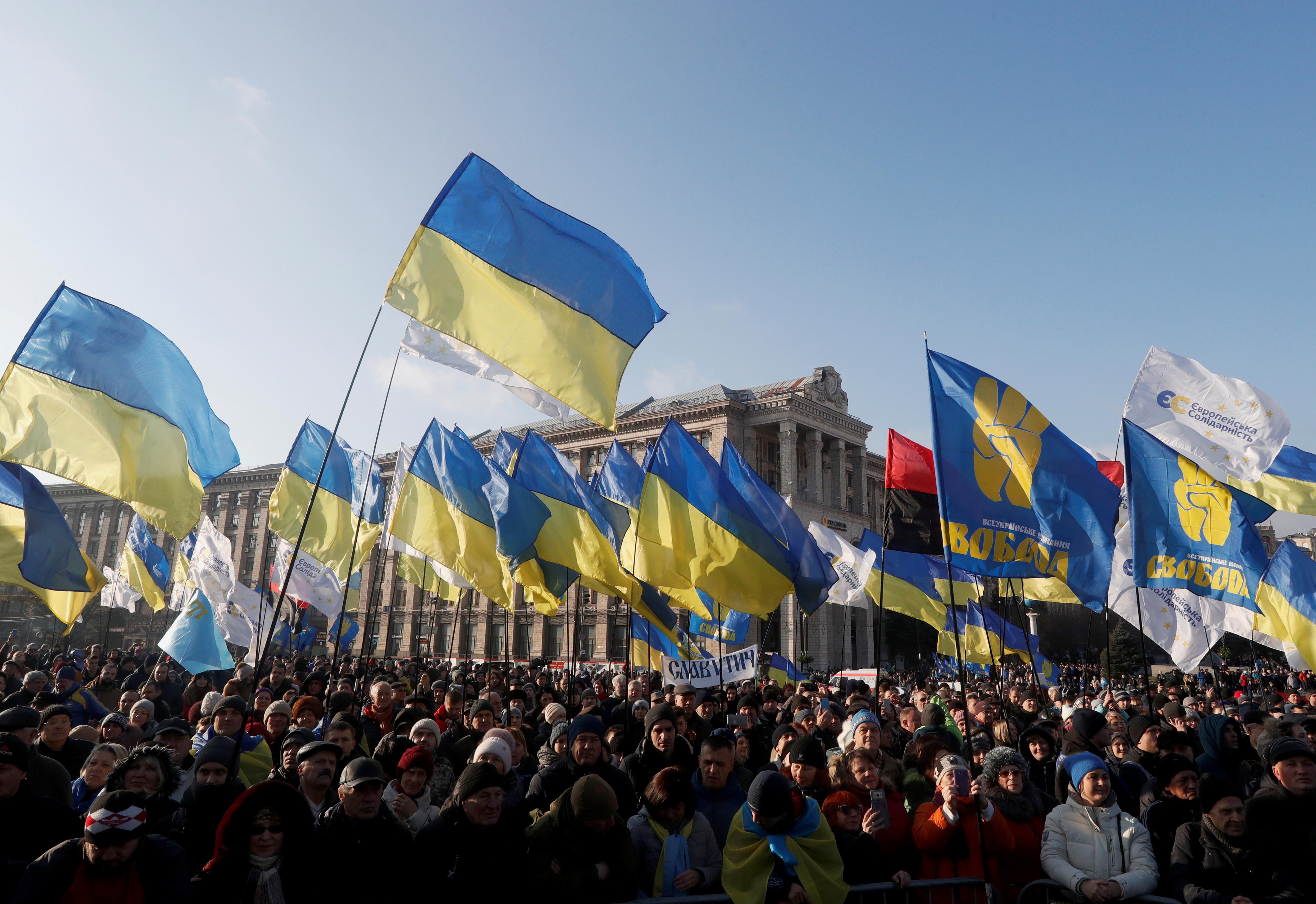 """Χιλιάδες διαδηλωτές στο Κίεβο κατά της """"συνθηκολόγησης"""" με τη Μόσχα"""
