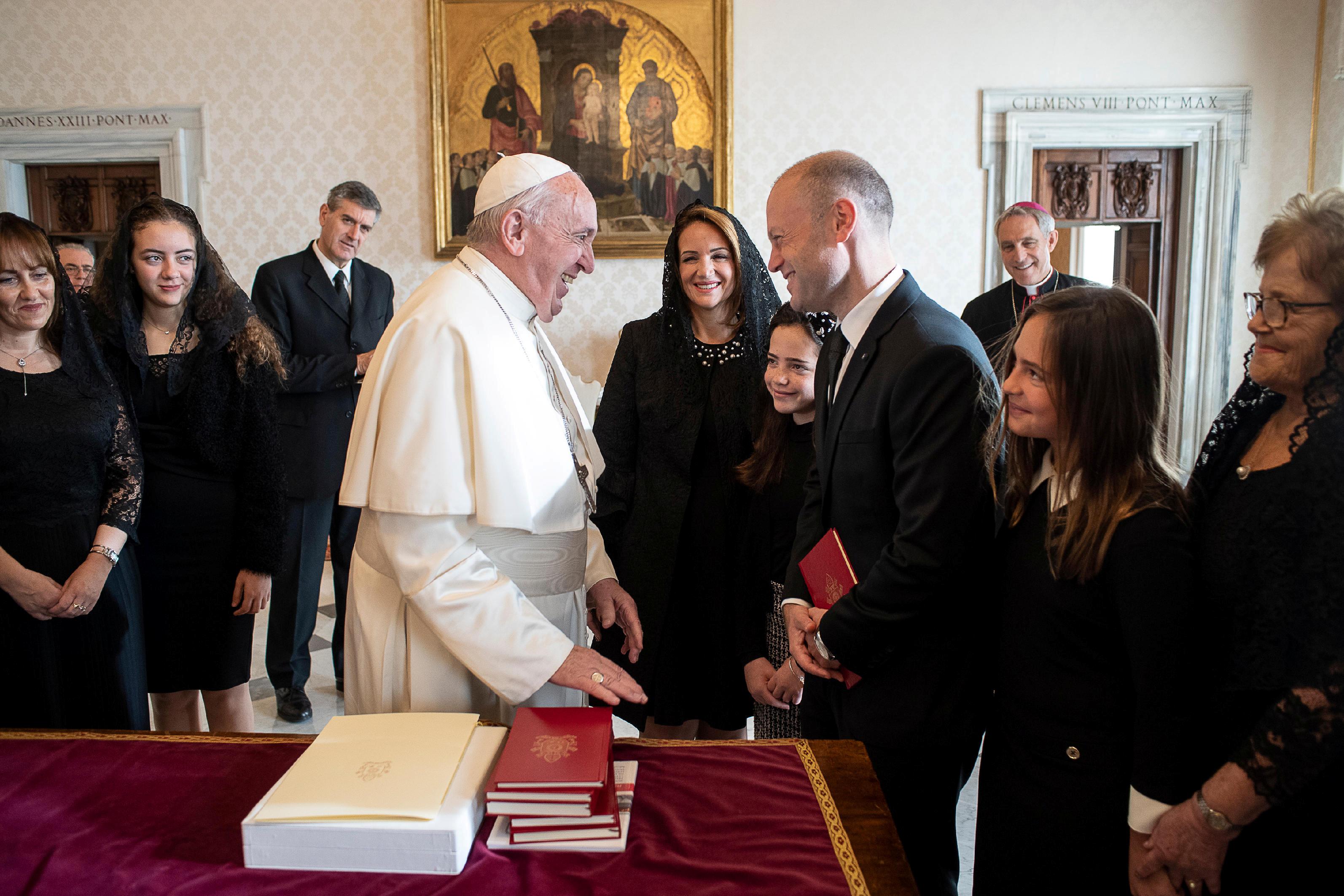 Ο πάπας Φραγκίσκος δέχτηκε τον πρωθυπουργό της Μάλτας, παρά τις αντιδράσεις