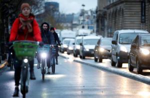 Παρίσι: Αυξήθηκαν κατά 40% τα ατυχήματα με δίκυκλα λόγω των απεργιών στα ΜΜΜ