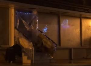 """Πειραιάς: Άστεγος στόλισε το """"σπίτι"""" του [video}"""