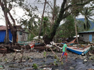 Φονικός ο τυφώνας Φανφόν στις Φιλιππίνες! Άνεμοι 200 χλμ την ώρα σαρώνουν τα πάντα
