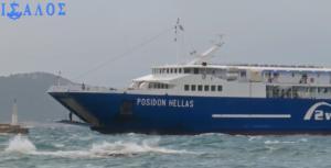 Η στιγμή που πλοίο δένει με πολλά μποφόρ στο λιμάνι της Αίγινας [video]