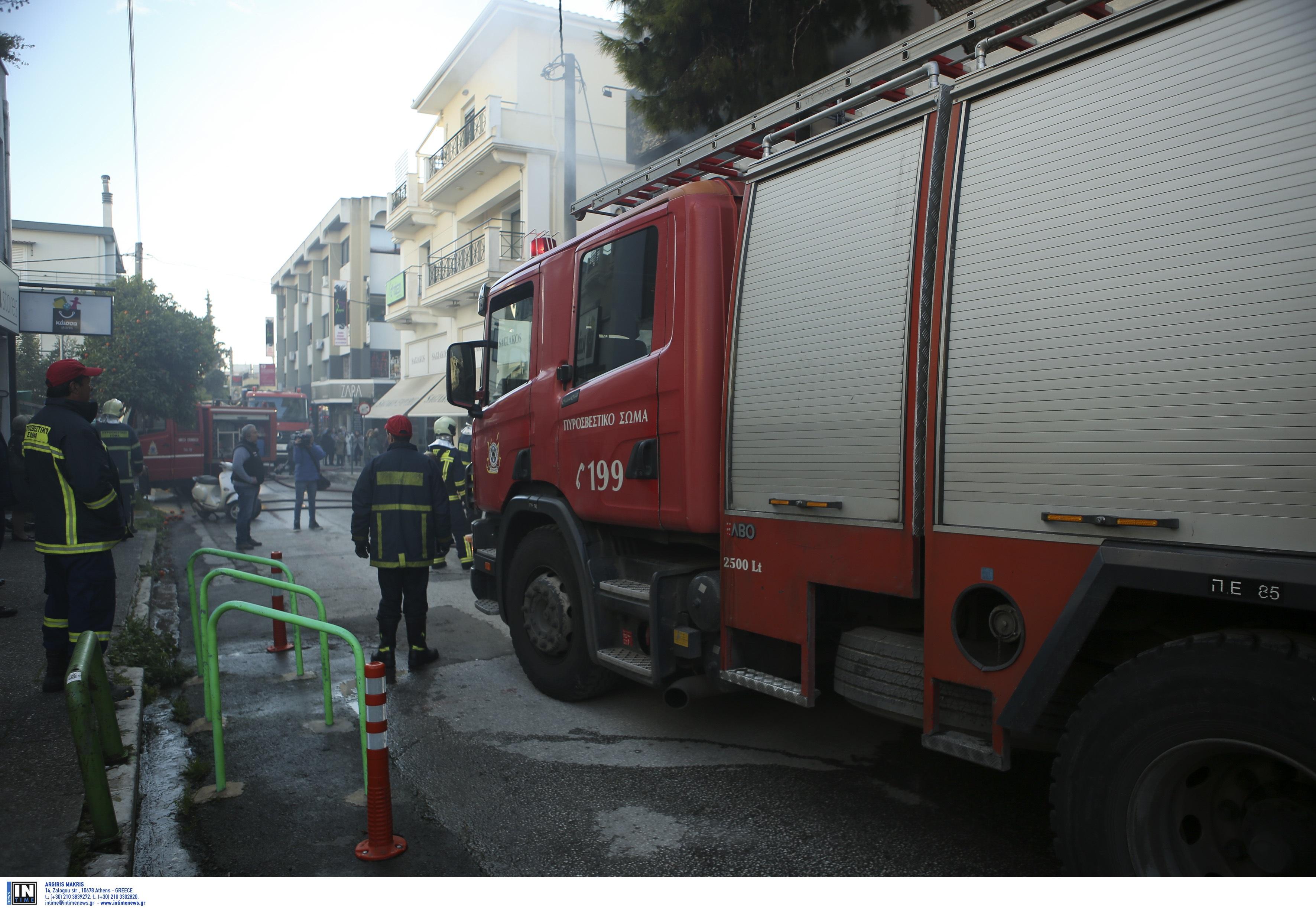 Μεγάλη φωτιά σε διαμέρισμα στα Πατήσια – Στο νοσοκομείο ηλικιωμένος