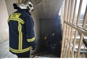 Βόλος: Μάχη πυροσβεστών για να σώσουν κατάστημα κινητής τηλεφωνίας