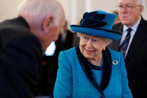 """«Πέθαναν» τη Βασίλισσα Ελισάβετ και το """"Queendead"""" έγινε trend"""