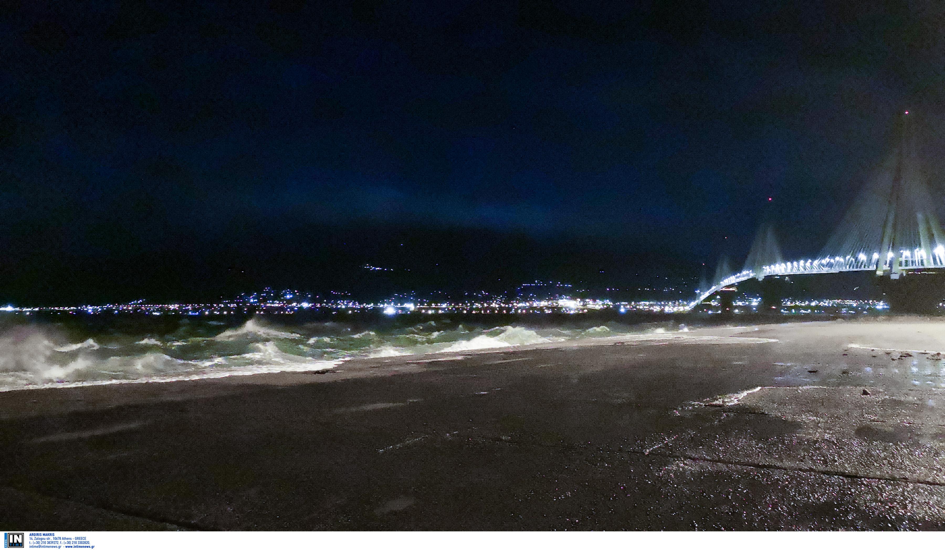 """Ρίο Αντίρριο: Η στιγμή που κεραυνός """"χτυπάει"""" τη γέφυρα"""