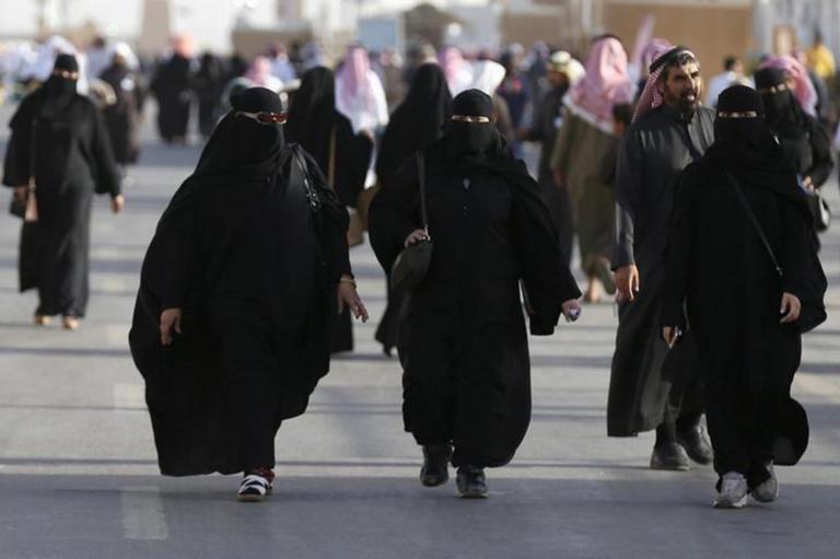 Σαουδική Αραβία: Οι γυναίκες δεν θα μπαίνουν από διαφορετικές πόρτες στα εστιατόρια