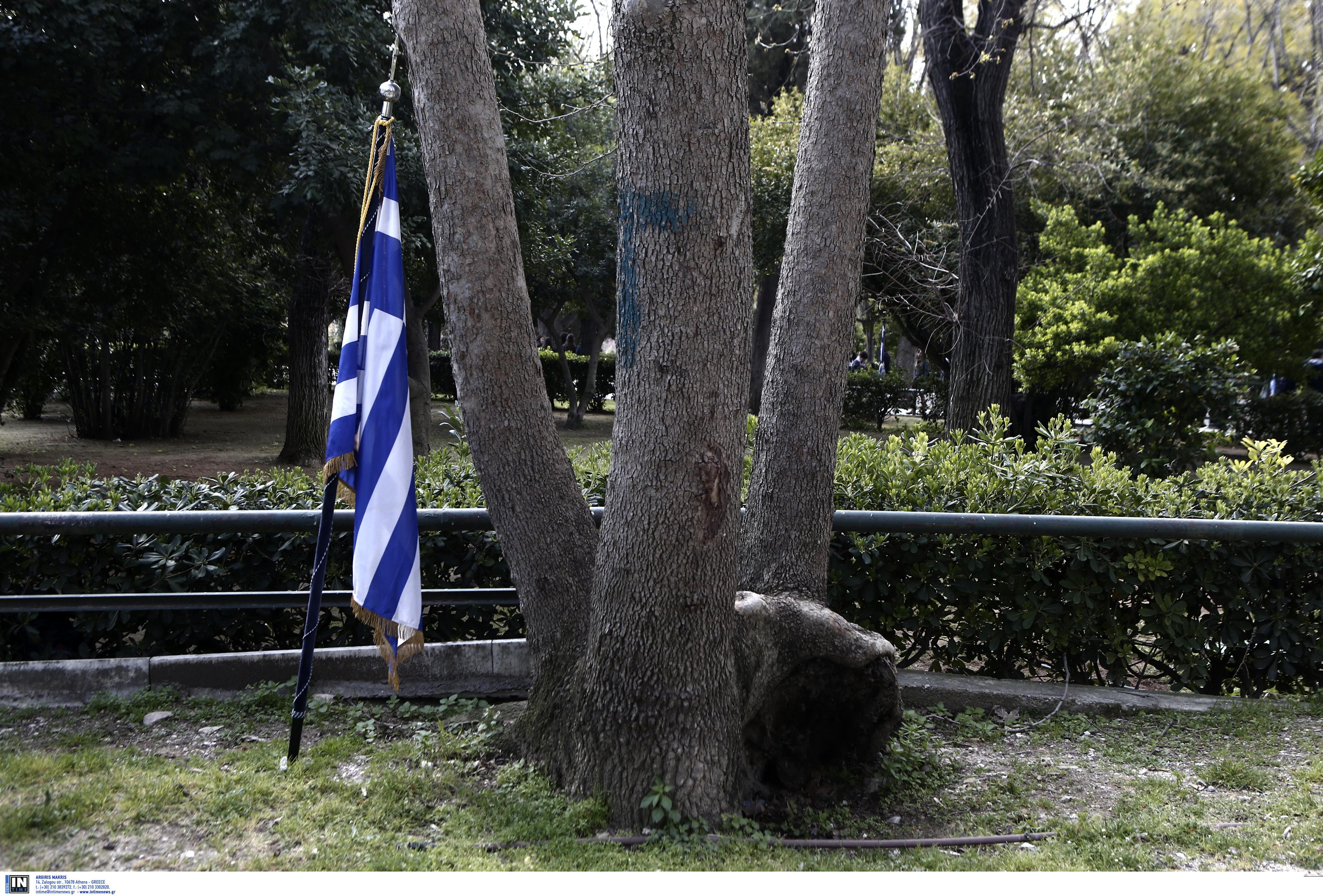 Μεθυσμένος αστυνομικός εκτός υπηρεσίας, έκαψε την ελληνική σημαία στα Πατήσια