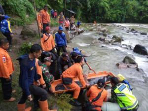 Ινδονησία: Ανείπωτη θλίψη! 35 οι νεκροί από την πτώση λεωφορείου σε χαράδρα