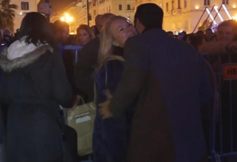 Θεσσαλονίκη: Οι τρυφερές στιγμές του Σάκη Τανιμανίδη με τη μητέρα του! Έπεσε στην αγκαλιά της [video]