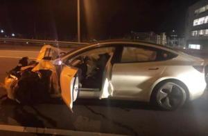 Οδηγός χρησιμοποίησε το σύστημα αυτόνομης οδήγησης και τράκαρε με περιπολικό!