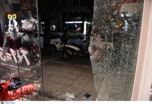 Θεσσαλονίκη: Καταδρομική επίθεση κουκουλοφόρων στο κέντρο της πόλης [Pics, video]