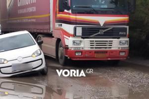 """Θεσσαλονίκη: Αυτή είναι η αόρατη τρύπα στο δρόμο που """"καταπίνει"""" αυτοκίνητα και μηχανάκια [pics]"""