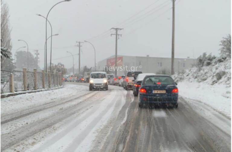 Καιρός – Λέανδρος: Χιονίζει στην εθνική οδό Αθηνών Λαμίας – Επί ποδός τα μηχανήματα για να μην κλείσει ο δρόμος
