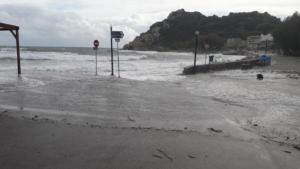 """Χίος: Η θάλασσα βγήκε στη στεριά! """"Βούλιαξε"""" το Εμπορειός από την κακοκαιρία [video]"""