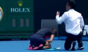 Australian Open: Παίκτρια κατέρρευσε λόγω δύσπνοιας! Προβληματισμός στους διοργανωτές [video]