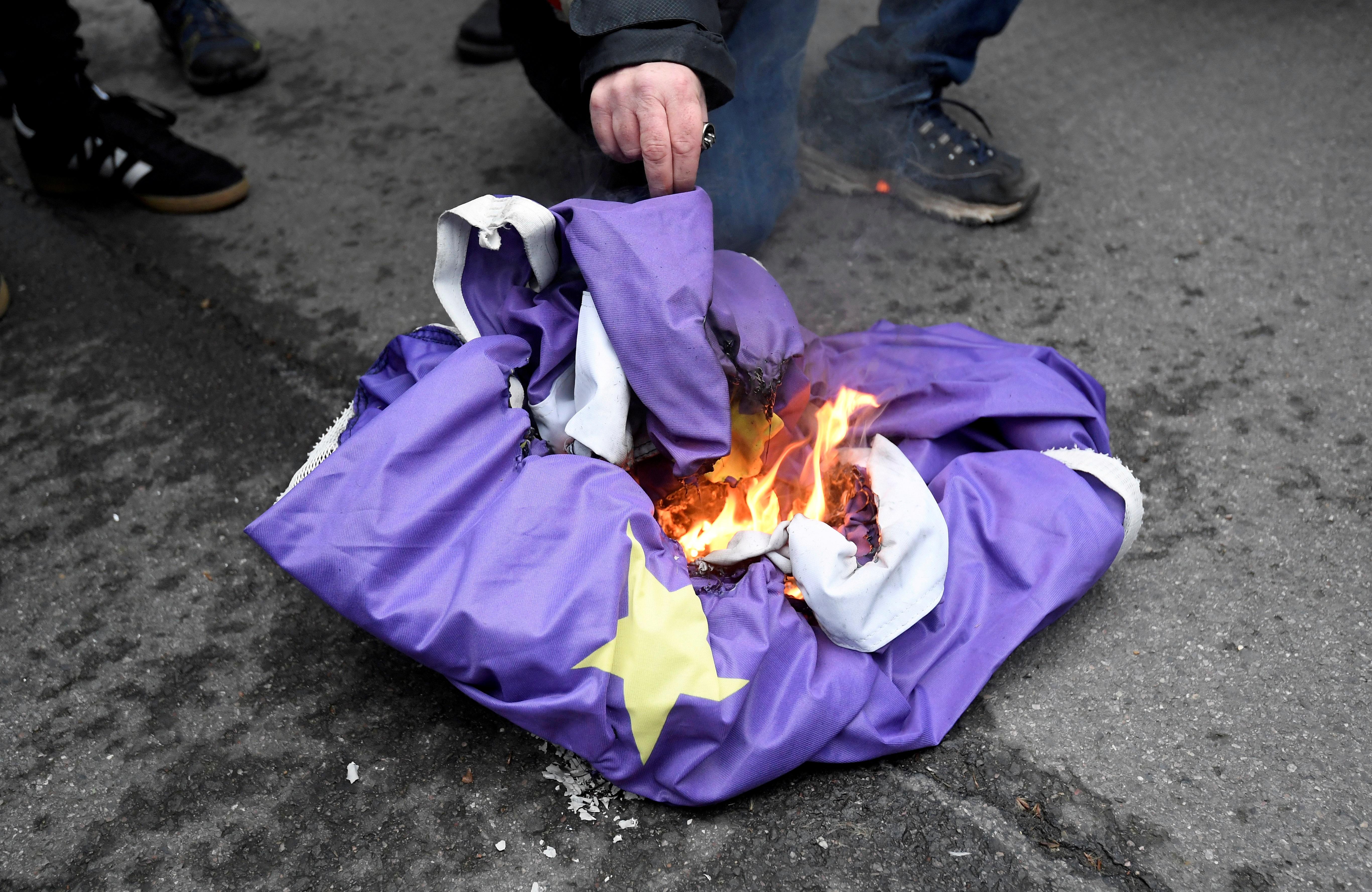 Οπαδός του Brexit έκαψε τη σημαία της Ευρωπαϊκής Ένωσης μπροστά στην πρωθυπουργική κατοικία