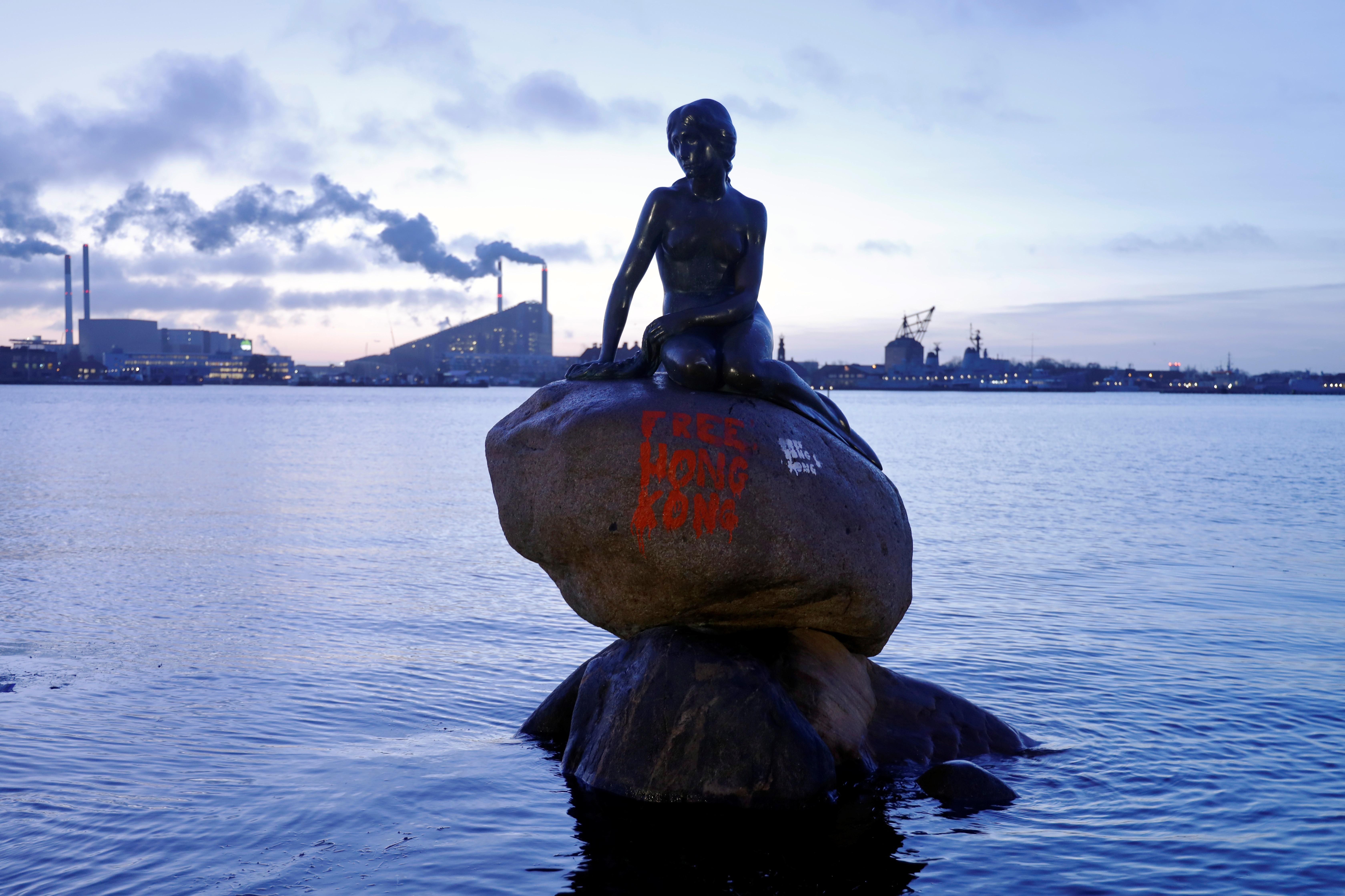 """Κοπεγχάγη: Βανδάλισαν τη """"Μικρή Γοργόνα"""" γράφοντας το σύνθημα """"Ελευθερώστε το Χονγκ Κονγκ"""""""
