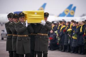 Συντριβή Μπόινγκ στο Ιράν: Επαναπατρίστηκαν οι σοροί των Ουκρανών επιβατών που σκοτώθηκαν στην κατάρριψη