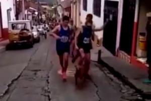 Κλώτσησε σκυλί και έχασε τη χορηγία του! Απίστευτο σκηνικό σε αγώνα δρόμου στην Κολομβία [video]