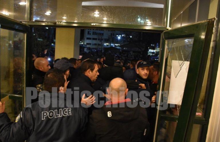 Χίος: Ελεύθεροι μέχρι να δικαστούν οι δύο συλληφθέντες για τον προπηλακισμό Μηταράκη