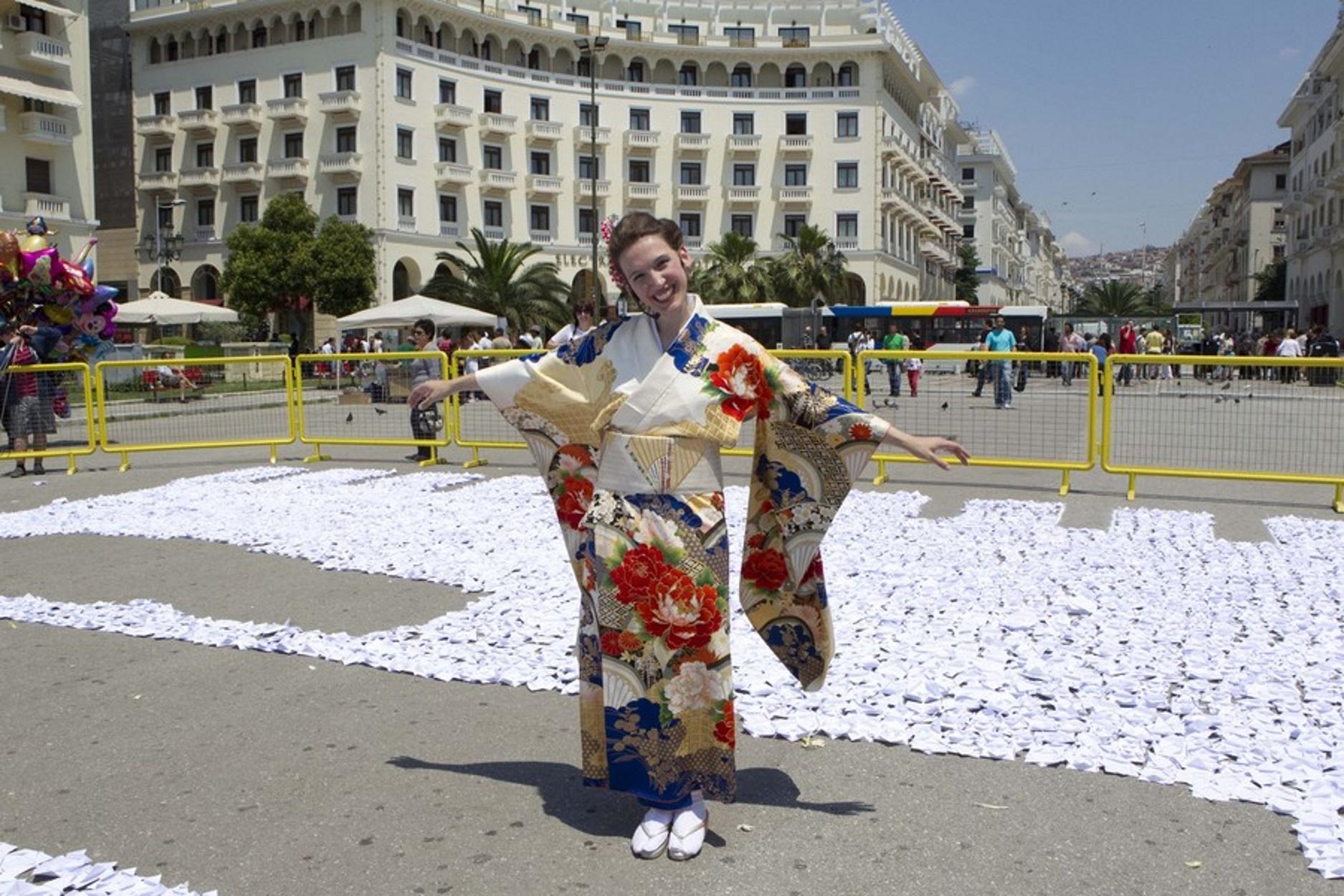 Βάλε το… χάρτινο φουστάνι! Ρούχα οριγκάμι από την Ελληνίδα καλλιτέχνη με τα δύο Γκίνες