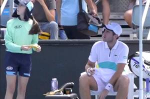 Σάλος στο Australian Open! Η μπανάνα, το ball girl και η παρέμβαση του διαιτητή